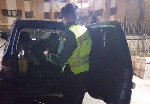 Moment en que els agents registren el vehicle amb matrícula anglesa