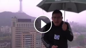 Un rayo alcanza un reportero chino en directo
