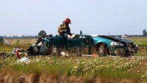 El turisme accidentat, amb un bomber treballant-hi.