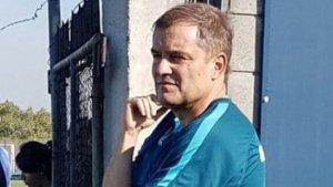 Este entrenador argentino parece tener tres brazos