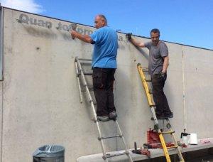 La instal·lació de la nova placa a la paret de l'Escola Ramon Fuster
