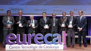 El rector de la URV, Josep Anton Ferré (al centre de la imatge) llueix el guardó