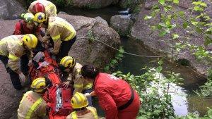 Pla obert dels serveis d'emergències rescatant la víctima.
