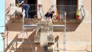 Un operari, iniciant les tasques de retirada del monument.