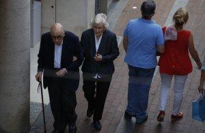 Una parella d'avis i una de mitjana edat passejant de bracet per Terrassa