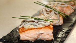 Daus de salmó a la planxa amb salsa tàrtara, cruixent de ceba i gules a l'allet