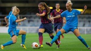 Dos equips de la lliga femenina de futbol jugant.