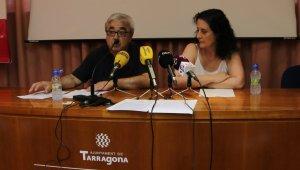 Dos treballadors municipals en la roda de premsa de presentació del manifest.
