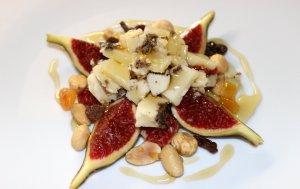 Figues amb pecorino trufat i fruits secs