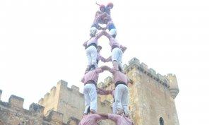 4 de 8 dels Xiquets de Tarragona davant del castell de Ferran.