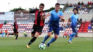 Àlex Carbonell lluita la possessió de la pilota davant la pressió de Bernardo