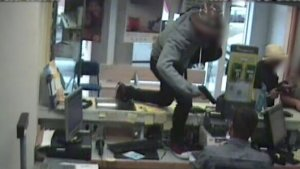 Atracador amenaçant a un treballador de Correus