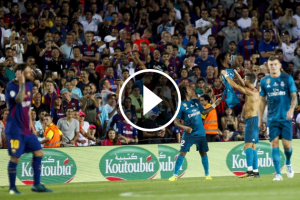 Cristiano Ronaldo ensenya la samarreta al Camp Nou.
