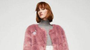El abrigo de pelo sintético de colo rosa de Mango, por 79,99 euros