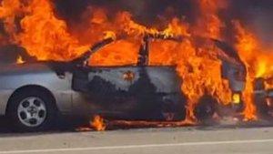 El foc ha calcinat els dos cotxes