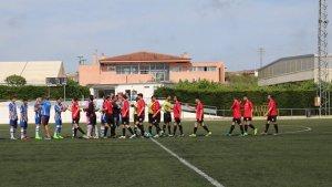 El primer equip de La Riera, de vermell, va descendir a Tercera la temporada passada