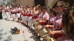 Els grallers i timbalers dels Xiquets de Tarragona, amb la seva caracterísitca faixa vermella.