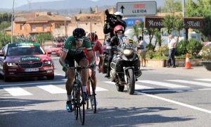 Els liders de l'etapa al seu pas per Montblanc.