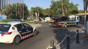 Els Mossos retiren el cotxe bolcat dels terroristes