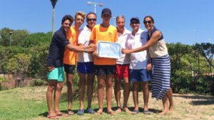 Els regatistes del CM Torredembarra posen orgullosos després de recuperar el trofeu