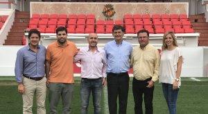 Imatge dels representants dels dos equips a la gespa de l'estadi.