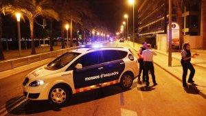 Imatge d'un cotxe dels Mossos a l'entrada del passeig Marítim de Cambrils.