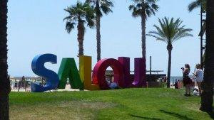 L'Ajuntament de Salou instal·la unes lletres de colors amb el nom del municipi.