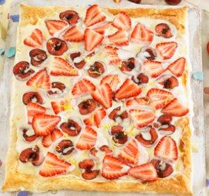 Pots preparar aquest pastís ràpid amb qualsevol altra fruita fresca o lleugerament saltejades amb una cullerada de mantega.