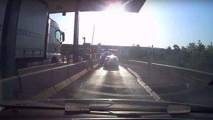 Un vídeo mostra com un cotxe es cola en un peatge de l'AP-7