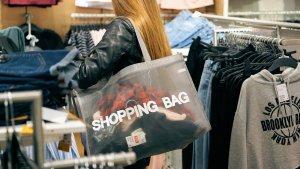 Una dona comprant en una botiga
