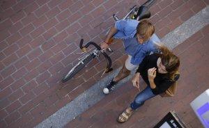 Una parella passeja pel carrer Font Vella de Terrassa