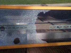 Vidres trencats a la marquesina de la parada d'autobús