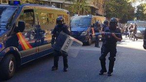 Agents de la Policia Nacional a les afores de la seu de la CUP.