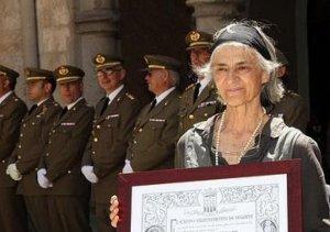 Ana Gutiérrez-Mellado, junto al exalcalde de Segovia, Pedro Arahuetes, con el título de Segoviano Honorario concedido a su padre.