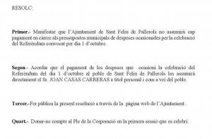 El decret que l'alcalde de Sant Feliu de Pallerols va signar aquest dilluns, en una imatge d'aquest 27 de setembre de 2017.