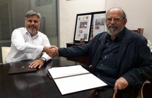 El president de l'Associació Solidària del Lledó 'La Taulada', Joan Font, i l'alcalde de Valls, Albert Batet, han signat aquest matí el conveni que regula la subvenció municipal.