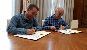 El vicepresident de la Fundació Ciutat de Valls, Jordi París, i el regidor de Cultura de l'Ajuntament, Marc Ayala, han signat avui al matí el conveni de concessió de la subvenció municipal a l'entitat.