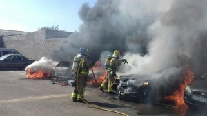 Els Bombers treballen per extingir cinc vehicles incendiats a Figueres