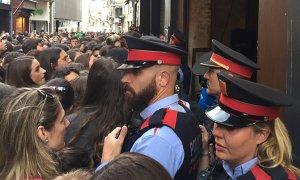 Guàrdia Urbana i Mossos d'Esquadra han estat a l'acte per controlar la gran afluència de gent.