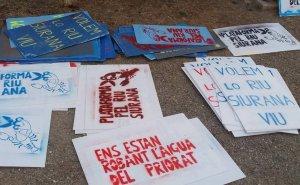 Imatge de diverses pancartes en contra del transvasament d'aigua a Riudecanyes.