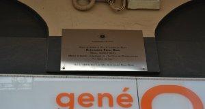 Instantània de la placa commemorativa en honor a Alexandre Frias i Roig
