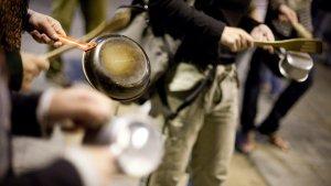 La ciutadania convoca una casserolada simultània arreu del territori per rebutjar les actuacions policials