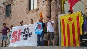 La CUP de Torredembarra, amb l'eslògan de la campanya a la porta de l'Ajuntament