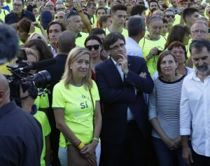 La presidenta de l'AMI, Neus Lloveras, el president de la Generalitat, Carles Puigdemont, la presidenta del Parlament, Carme Forcadell i el president d'Òmnium Cultural, Jordi Cuixart