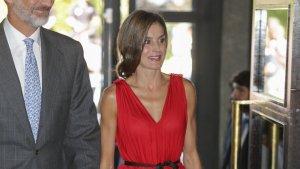 La reina Letizia junto al rey Felipe VI con el vestido de estreno de Carolina Herrera