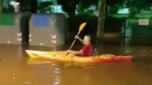 L'home remant amb la canoa pel mig dels carrers de Salou inundats.
