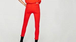 Pantalones 'jeggings' tiro alto rotos de colo rojo de Zara, por 25,95 euros