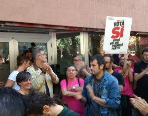 Part del govern municipal de Cerdanyola s'ha concentrat davant la seu de la CUP, a Barcelona