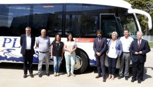 Pla general de les autoritats al davant d'un autobús de l'empresa Plana durant la presentació.