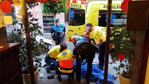 Successos.- Ferit greu un home després de precipitar-se d'un primer pis a Sitges (Barcelona)